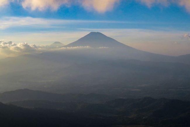 Pemandangan Alam dari Suroloyo Peak via Kompas