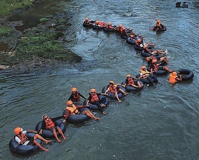Sensasi Tubing di Lava Bantal via IG @holidayjogja