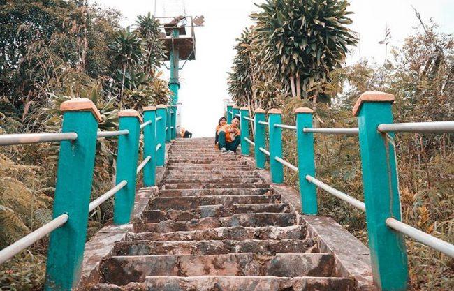 Tangga Menuju Puncak Bukit Suroloyo via IG @konyeenk