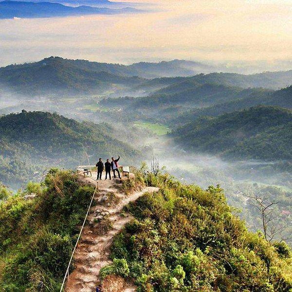 Menikmati Panorama Alam dari Puncak Gunung Lanang