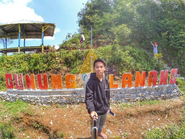 Selfie di Puncak Gunung Lanang via IG @danithetong