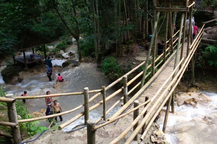 Jembatan Bambu yang Membuat Air Terjun Semakin eksotis via Kompas