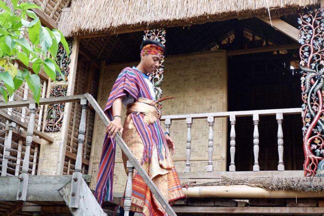 Menenun di Desa Sukarara via IG @yudalilo