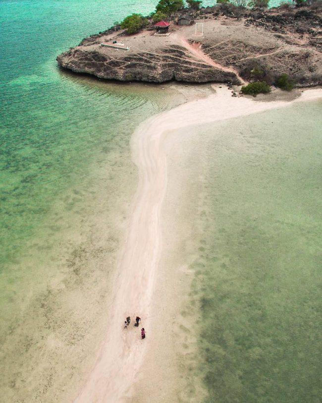 Wisata Pantai Lariti via IG @topengkusut