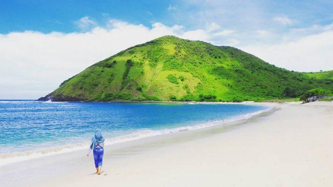 Wisata Pantai Mawun via Ig @rizaldi_77