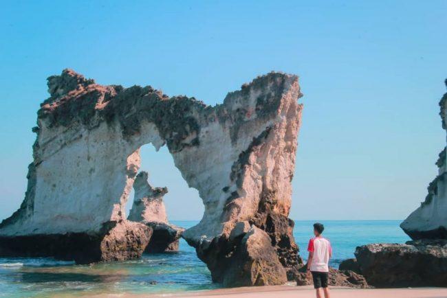 Wisata Batu Berlubang di Pantai Pigewa via IG @nalldill