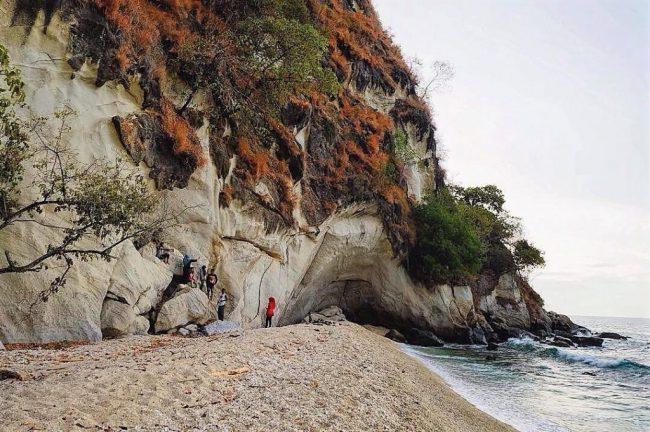 Wisata Pantai Batu Putih via IG @titosuprayoga