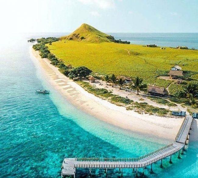 Wisata Pulau Kanawa via IG @majalah_kartini