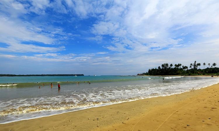 Pantai Lagundri via Pesona Travel