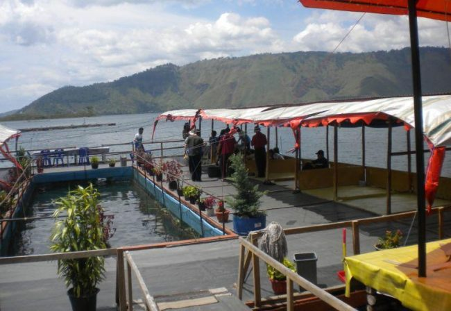 Restoran Apung Desa Tipang - tempat wisata di Humbang Hasundutan