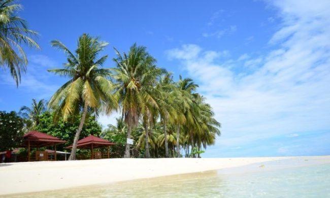 Pantai Siruso via eksotismentawai2017.wordpresscom