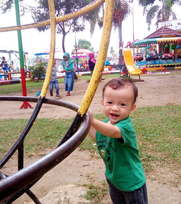 Bermain di Taman Kota Syekh Kukut