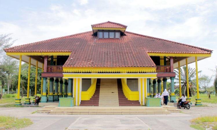 Replika Istana Indragiri via Danaurejarengat.wordpresscom - Tempat Wisata Di Indragiri Hulu