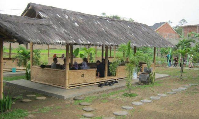 Saung Jembar via Rumahmakanjembar.wordpresscom