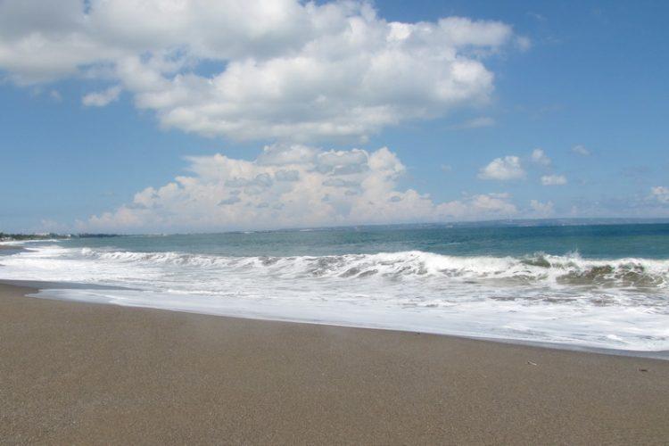 Echo Beach atau Pantai Batu Mijan