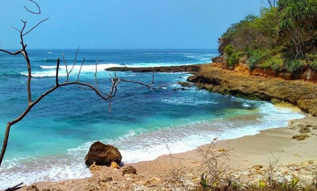 Karang Pandan Beach via Cilacapid.wordpresscom