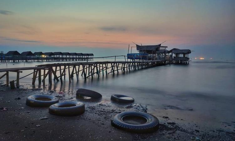 Pantai Lestari Karangsong via IG @fajarhw
