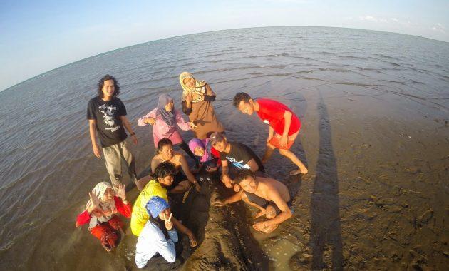 Pantai Pasir Putih Losari via Marifahmahapalaunnes.blogspotcom