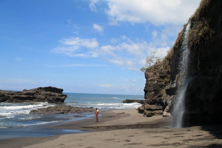 Air Terjun Pantai Melasti, Tanah Lot via dedeecin.blogspotcom