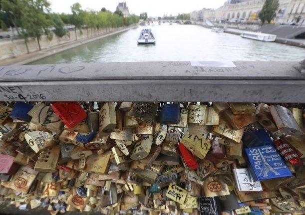 Love padlocks di Paris via Thelocal