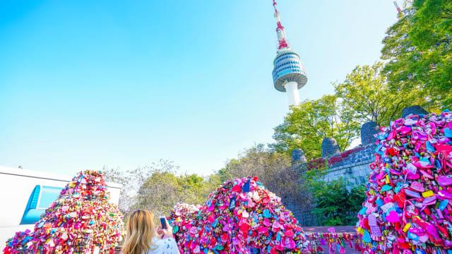 Menulis Nama dan Pasangan di Love Lock N Seoul Tower via Kumparan