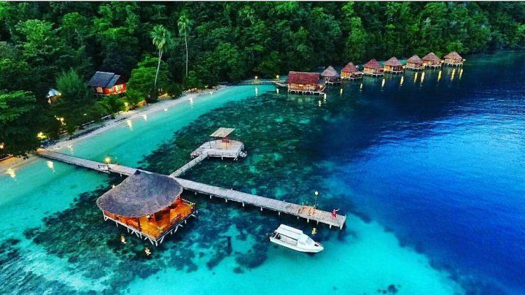 Pantai Ora via Medium - Wisata Indonesia Mirip Maldives