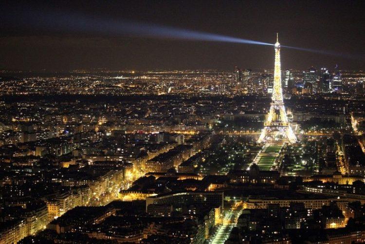 Paris pada Malam Hari via Republika