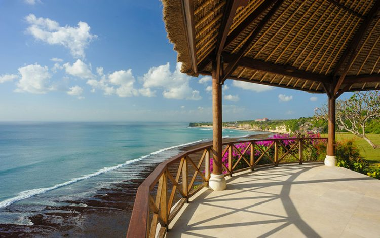 Pemandangan ke arah lautan lepas Bayuh Sabbha clifftop