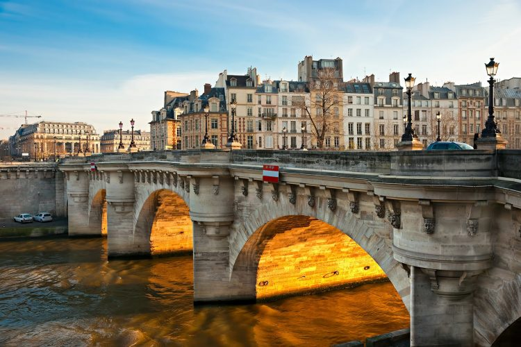 Pont Neuf via Hotels