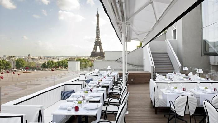 Sebuah restoran dengan view ke Menara Eiffel via Deti