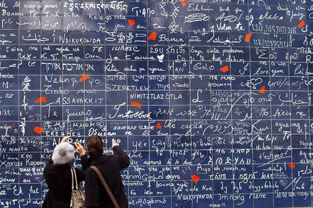 """Wall of """"I Love You's"""""""