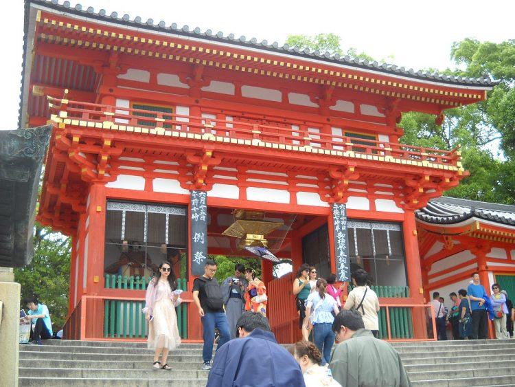 Gerbang kuil Yasaka via Wikipedia