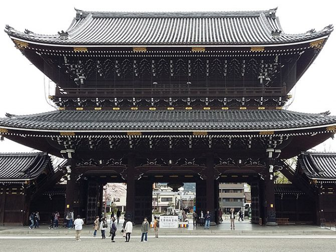Higashi Honganji via Japan365days