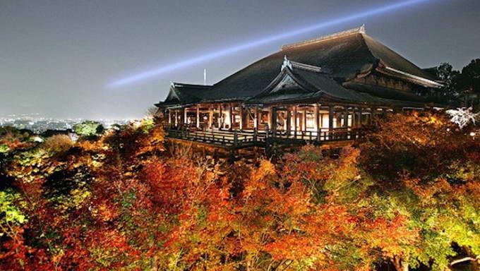 Kuil Kiyomizudera saat iluminasi musim gugur. Foto via tapchidulich.com.vn